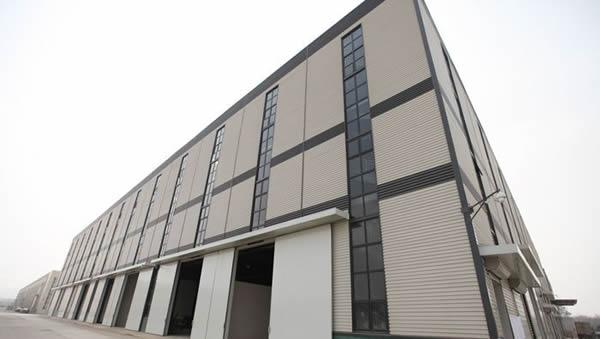 1、单层钢结构厂房的横向抗侧力体系,采用屋盖横梁与柱顶钢接或铰接的框架、门式刚架、悬臂柱或其他结构体系。厂房纵向抗侧力体系宜采用柱间支撑,条件限制时也可采用刚架结构。 2、钢骨架的最大应力区在地震时可能产生塑性铰,导致构件失去整体和局部稳定,故构件在可能产生塑性铰的最大应力区内,应避免焊接头;对于厚度较大无法采用螺栓连接的构件,可采用对接焊接缝等强度连接。 3、屋盖横梁与柱顶铰接时,采用螺栓连接。当横梁为实腹梁时,为保证节点连接具有足够的承载能力,保证节点和连接在构件全截面屈服时不发生破坏,梁与柱的连接
