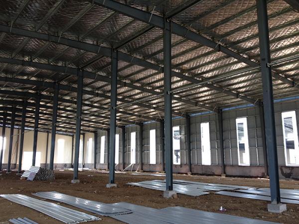 关于钢结构厂房造价的问题,也许有很多中小企业迫不及待想清楚了解的;企业公司的支出都是有一定的预算的,超过的范围,可能就会给公司带来小麻烦,今天,广州钢结构公司小编给大家分享关于影响钢结构厂房招架的7个要素。看看是否能帮到你。  1、建筑的高度,根据实际的需要,每增加10cm就是增加造价百分之二到百分之三。   2、有无吊车吨位,吊车吨位的选择也是一大考究,选择的吨位过大,会造成设备的浪费,太小又满足不了施工需要。当然价格也是不一样。   3、护围结构,这个也是造价需要考虑的,门,窗,外墙等等。   4、所