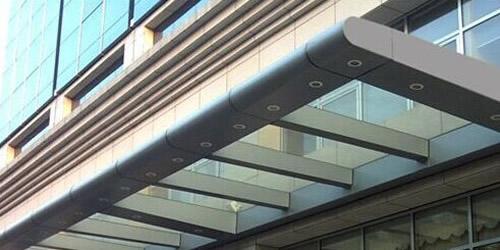 钢结构铝板雨棚主龙骨架以钢结构为主