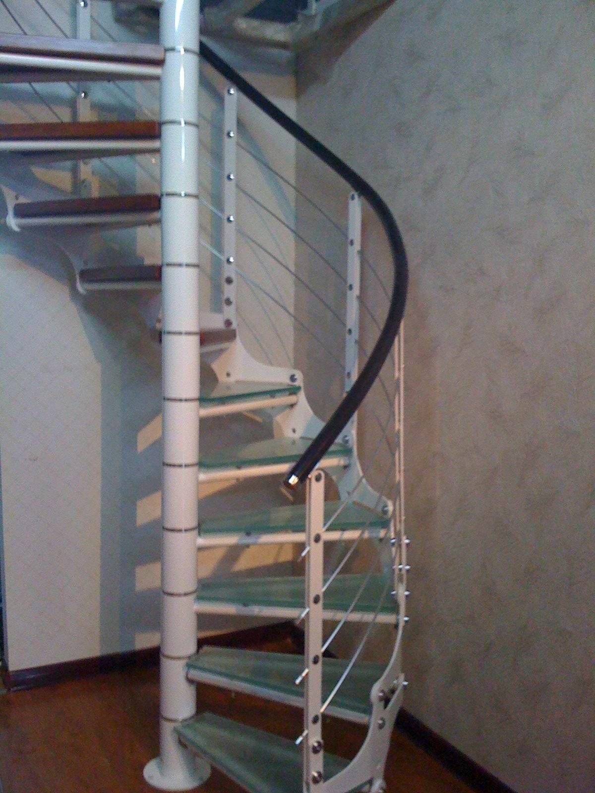 没有中柱的旋转楼梯主要是靠踏步板下的螺旋梁或者楼梯栏杆来支撑荷载,没有中柱的旋转楼梯相对于有中柱的旋转楼梯更加复杂化。   旋转楼梯一般不能作为主要人流交通和疏散的楼梯,常用于楼层不多的写字楼、居民楼和室内使用。